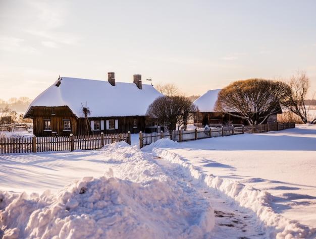 Paisaje rural de invierno: casas en la nieve