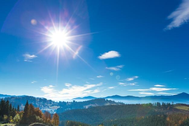 Paisaje soleado de la montaña de los cárpatos