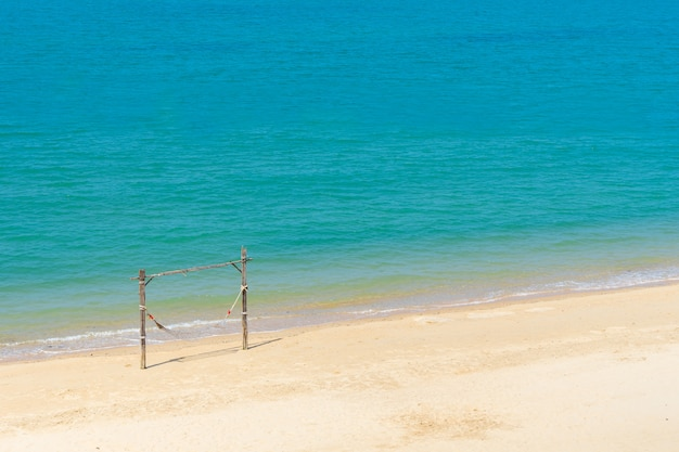 Paisaje de swing para relajarse en la playa en el mar en vacaciones de verano