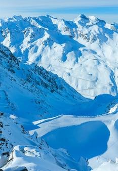 Paisaje del telesquí de cabina en las pistas nevadas (tirol, austria). todos los esquiadores no son reconocidos.