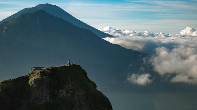 Paisaje. templo en las nubes en la cima del volcán batur. bali, indonesia