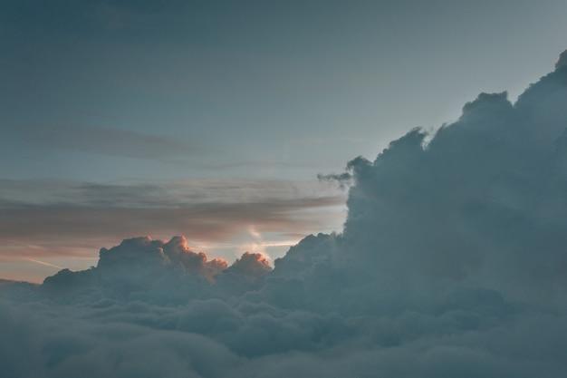 Paisaje de tiro largo de nubes brumosas desde arriba del cielo