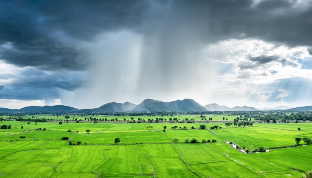 Paisaje tormenta de lluvia en la montaña
