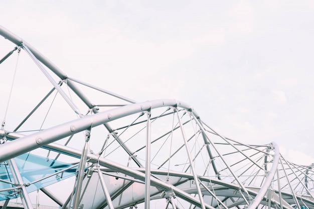 Paisaje de una torre de energía moderna plateada bajo un cielo nublado