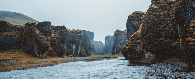 Paisaje único de fjadrargljufur en islandia.