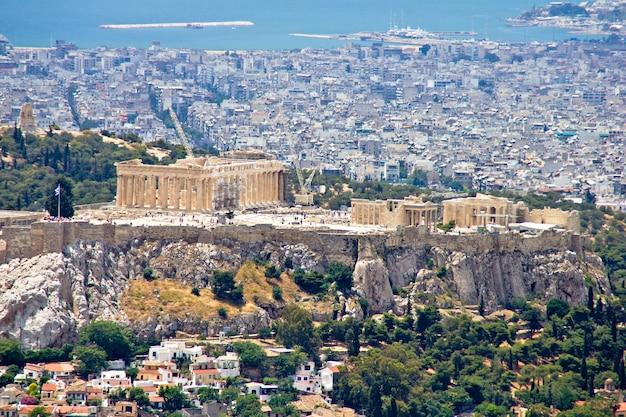 Paisaje urbano de atenas y la colina de la acrópolis, una vista desde la colina lycabettus