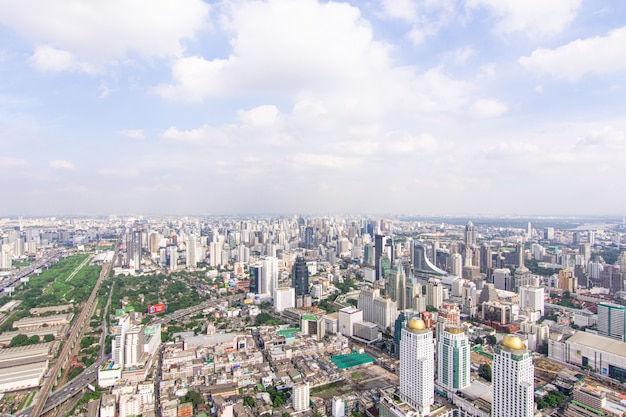Paisaje urbano con autopista y tráfico de bangkok