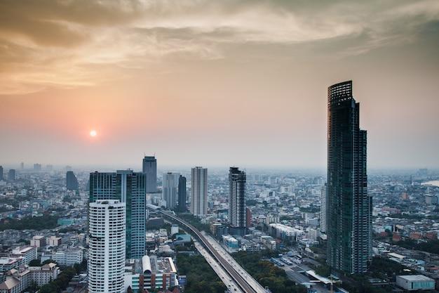 Paisaje urbano de bangkok durante el amanecer