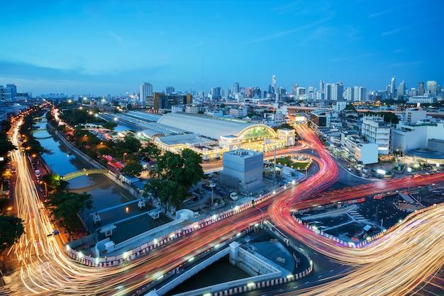 Paisaje urbano de bangkok que ve la estación de tren de bangkok o la estación de tren de hua lamphong