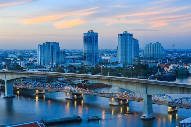 Paisaje urbano de bangkok y el río chaw phraya