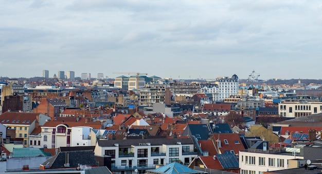 Paisaje urbano de bruselas, el atomium en el fondo y edificio de cristal