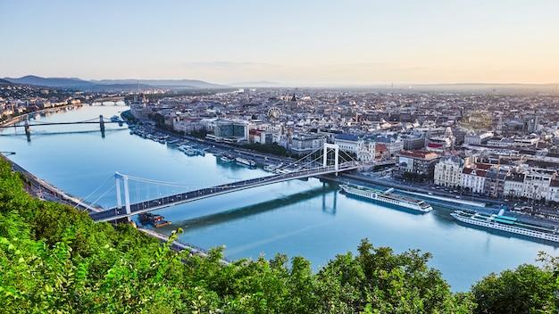 Paisaje urbano de budapest y el río danubio con puentes