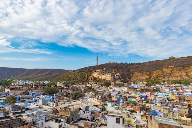 Paisaje urbano de bundi, destino de viaje en rajasthan, india. el majestuoso fuerte encaramado en la ladera de la montaña con vistas a la ciudad azul. amplio ángulo de visión.