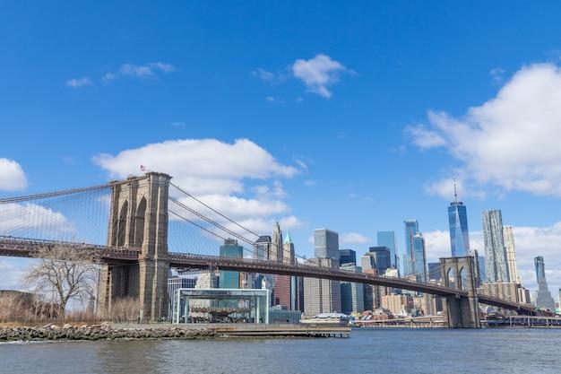 Paisaje urbano del centro de manhattan del puente de brooklyn en un día soleado nueva york, ee.uu.