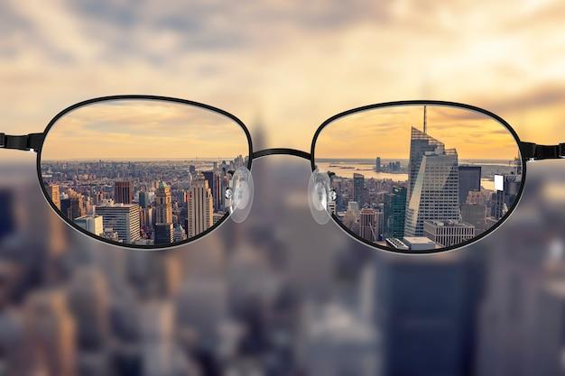 Paisaje urbano claro enfocado en lentes de gafas.