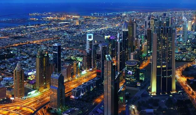 Paisaje urbano de dubai en la noche, vista desde el piso 124 del burj khalifa