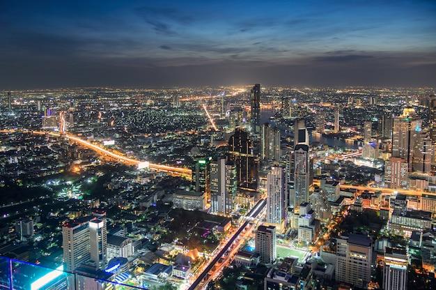 Paisaje urbano de edificio lleno de gente con tráfico ligero en la ciudad de bangkok