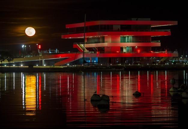 Paisaje urbano escena luna llena en el puerto de valencia españa