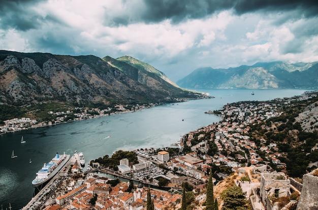 Paisaje urbano hermoso de la bahía de kotor, montenegro.