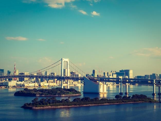 Paisaje urbano hermoso con el edificio de la arquitectura y el puente del arco iris en la ciudad de tokio