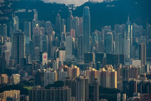 Paisaje urbano de hong kong en la noche, edificio rascacielos