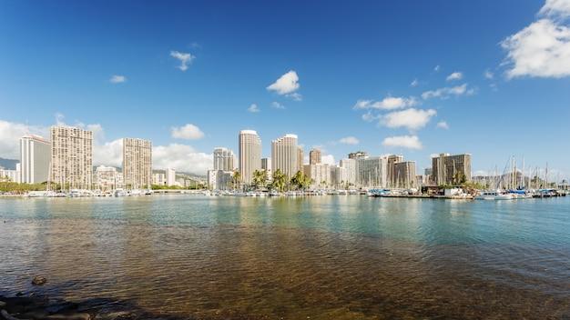 Paisaje urbano de honolului con paseo marítimo