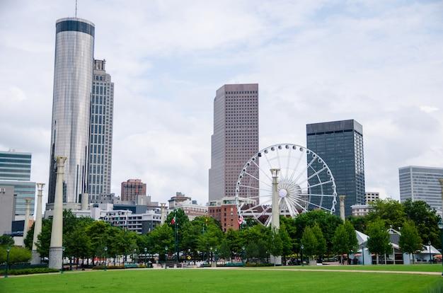 Paisaje urbano y jardín verde con cielo azul en día nublado