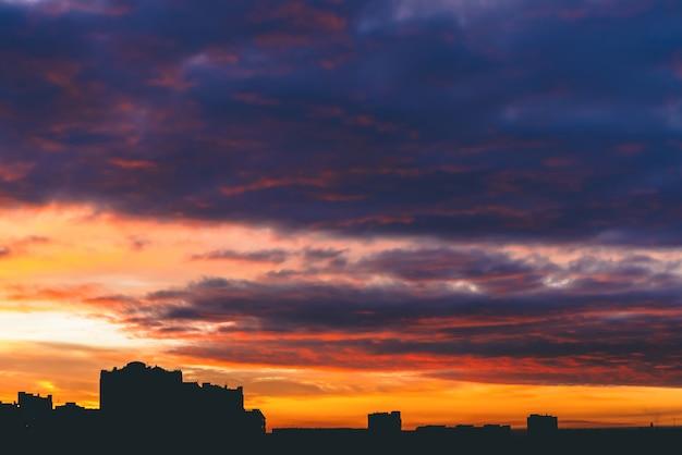 Paisaje urbano con maravilloso amanecer ardiente multicolor vivo