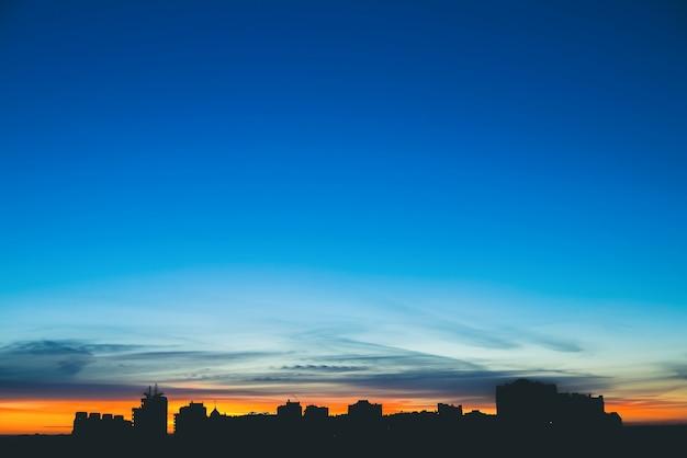 Paisaje urbano con maravilloso amanecer vívido multicolor