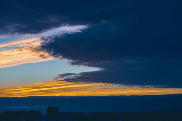 Paisaje urbano con maravilloso amanecer vívido multicolor.