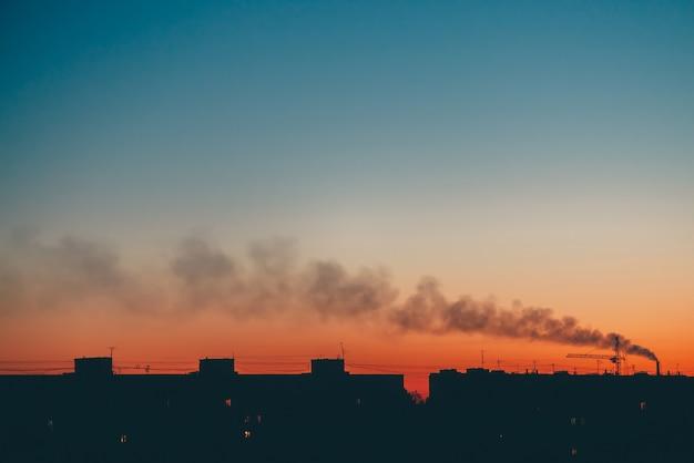 Paisaje urbano con maravillosos vívidos amaneceres varicolored.