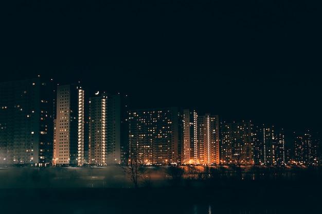 Paisaje urbano nocturno con luces de casas