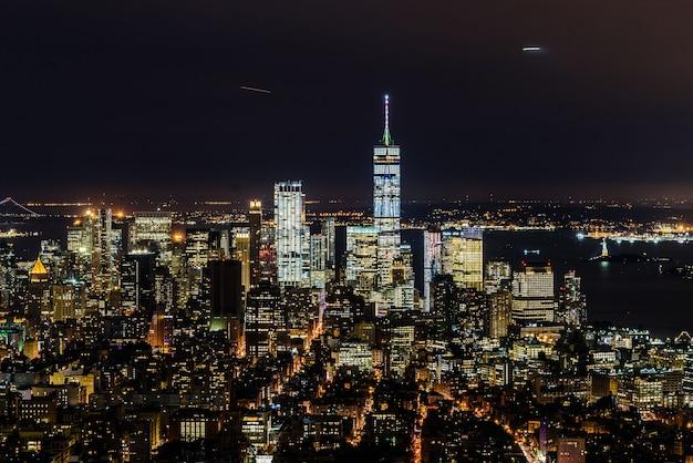 Paisaje urbano nocturno de manhattan