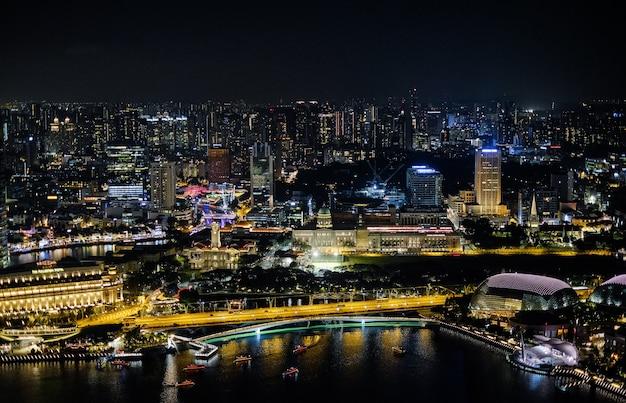 Paisaje urbano nocturno y rascacielos en singapur