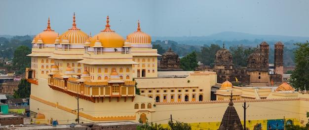 Paisaje urbano de orchha, templo kitsch amarillo ram raja. también se escribe orcha, famoso destino turístico en madhya pradesh, india.