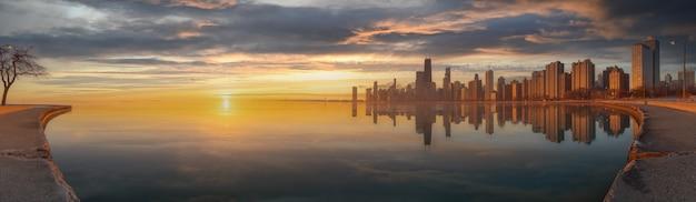 Paisaje urbano panorámico del horizonte de chicago en la noche y el cielo azul con nubes, chicago, estados unidos.