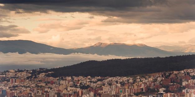 Paisaje urbano de quito con una cordillera en el fondo, ecuador