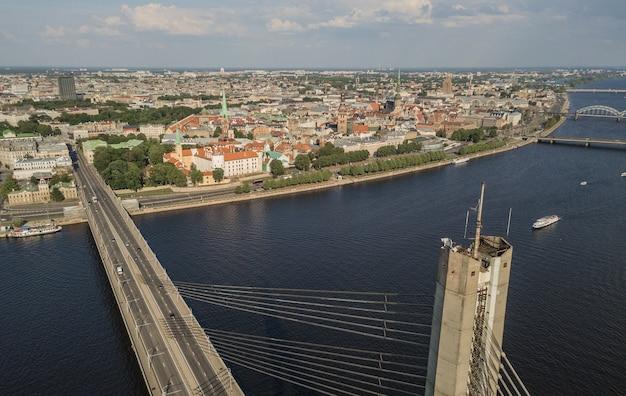 Paisaje urbano de riga y río daugava. vista aérea