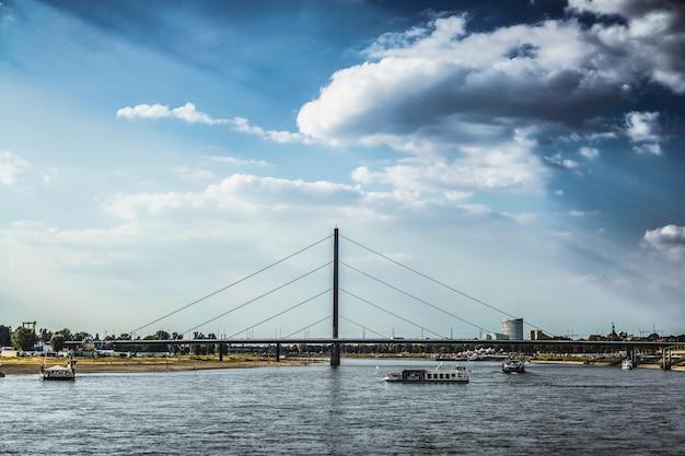 Paisaje urbano con río
