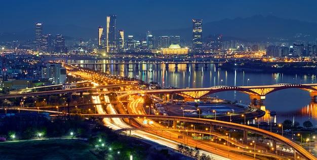 Paisaje urbano de seúl en crepúsculo, corea del sur.