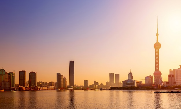 Paisaje urbano de shanghai al amanecer. vista panorámica del horizonte del distrito financiero de pudong desde el bund.