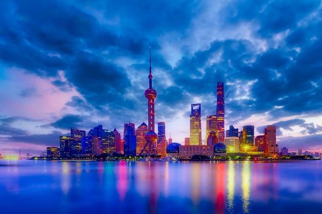 Paisaje urbano de shanghai al atardecer al atardecer.