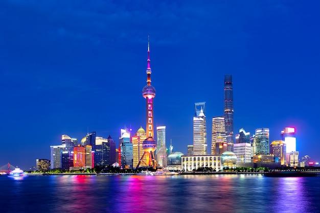 Paisaje urbano de shanghai al atardecer crepuscular. vista panorámica del horizonte del distrito financiero de pudong desde el bund.