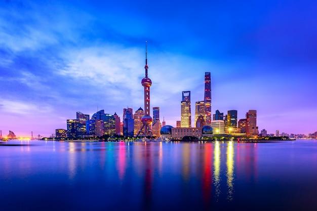 Paisaje urbano de shanghai al atardecer crepuscular.