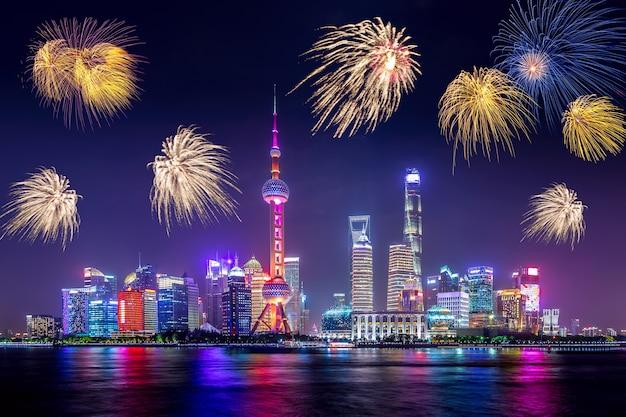 Paisaje urbano de shanghai con fuegos artificiales.