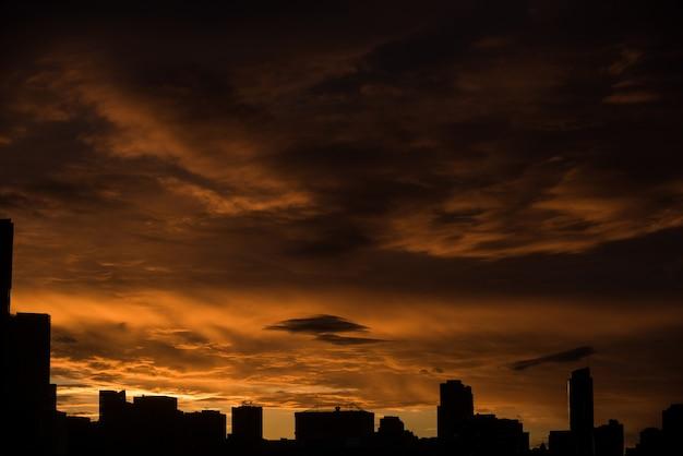 Paisaje urbano de silueta durante la puesta de sol