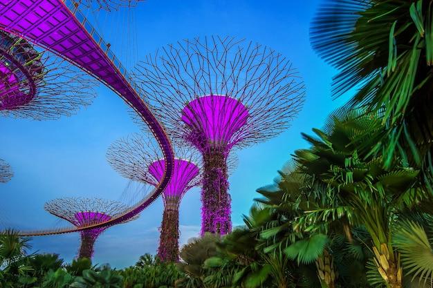 Paisaje urbano de singapur por la noche en singapur.
