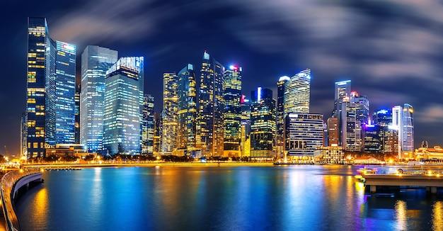 Paisaje urbano de singapur por la noche.