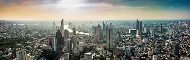 Paisaje urbano de tailandia en la puesta del sol