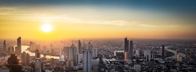 Paisaje urbano de tailandia en puesta de sol
